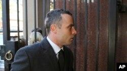 Oscar Pistorius akiwasili mahakamani May 20, 2014. (AP Photo/Themba Hadebe)