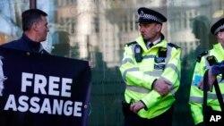 """Пікетувальник з плакатом """"Свободу Ассанжу"""" біля суду у Лондоні 11 квітня 2019 р."""