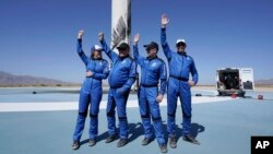 Pasaje ki te abo navet spasyal Blue Origin nan 'New Shepard' (de goch a dwat) Audrey Powers, William Shatner, Chris Boshuizen epi Glen de Vries, nan Van Horn, Texas, 13 Oct. 2021.