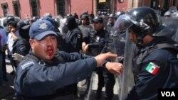La policía también ha tenido duros enfrentamientos con los ciudadanos de distintas ciudades de México que reclaman un paro al crimen.