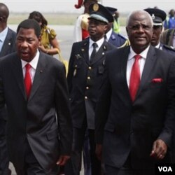 Presiden Benin Boni Yayi (kiri) dan Presiden Sierra Leone Ernest Bai Koroma tiba di bandara Abidjan, 3 Januari 2011.