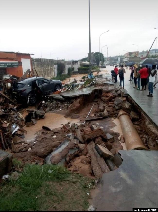 De fortes pluies ont touché certains quartiers d'Abidjan, entraînant des décès, le 19 juin 2018. (VOA/Narita Namasté)