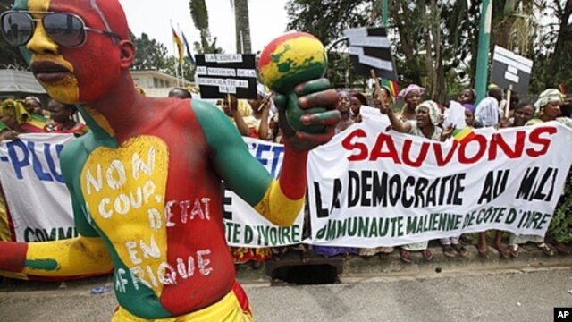 Malians in Ivory Coast protest homeland coup during emergency ECOWAS meeting, Abidjan, March 27, 2012.
