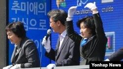 4·13 한국 총선에서 헌정 사상 여성 최초로 지역구 5선에 성공한 더불어민주당 추미애 당선인(오른쪽)이 14일 서울 광진구 자양동 일대에서 지역구를 돌며 당선 인사를 하고 있다.