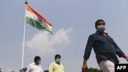 အိႏၵိယႏိုင္ငံ New Delhi ၿမိဳ႕မွာ ေတြ႔ရတဲ့ ႏွာေခါင္းစည္းတပ္ထားတဲ့ လူတခ်ိဳ႕။ (စက္တင္ဘာ ၁၆၊ ၂၀၂၀)