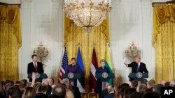 도널드 트럼프 미국 대통령이 3일 백악관에서 발트해 3개국 정상들과 회담 후 기자회견에 참석했다. 왼쪽부터 라이몬즈 베요니스 라트비아 대통령, 케르스티 칼리울라이드 에스토니아 대통령, 달리아 그리바우스카이테 리투아니아 대통령, 트럼프 대통령.