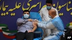 Parsa Namaki, putra Menteri Kesehatan Saeed Namaki, menerima vaksin Sputnik V dari Rusia di Rumah Sakit Imam Khomeini di Teheran, Iran, Selasa, 9 Februari 2021. (Foto AP / Vahid Salemi)