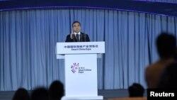 량화 화웨이 회장이 지난 8월 중국 충칭에서 열린 제1회 스마트 차이나 엑스포에서 연설하고 있다.