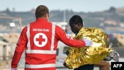 Un membre de la Croix-rouge accueille un migrant à Pozzallo, Italie, le 8 novembre 2017.