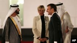 Presiden Perancis Emmanuel Macron dan Ibu Negara, Brigitte, disambut penguasa Dubai, Sheikh Mohammed bin Rashid Al Maktoum, kiri, dan Putera Mahkota Abu Dhabi Mohammed bin Zayed al-Nahayan, kanan, pada peresmian pembukaan Museum Louvre Dubai, 8 November 2017.