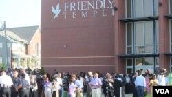 မိုုက္ကယ္ဘေရာင္းရဲ႕ စ်ာပနက်င္းပရာ Friendly Temple Missionary ဘုရားေက်ာင္းေရွ႕မွာ စ်ာပနအခမ္းအနား တက္ေရာက္လာသူမ်ား။