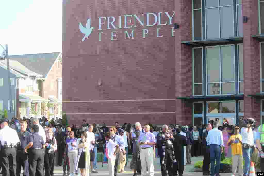 Cuerpos policiales, medios de comunicación nacionales e internacionales, y miles de personas de Ferguson, otras ciudades y estados de la nación, se presentaron al funeral de Brown. [Foto: Alberto Pimienta, VOA]