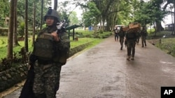 Tropas filipinas llegan a sus barracas a reforzar a sus compañeros tras el asedio de militantes musulmanes en las afueras de Marawi, al sur de las Filipinas.