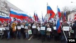 3月1日莫斯科的悼念涅姆佐夫大游行,参加者手举标语:我不害怕;我将抗争。(美国之音白桦拍摄)