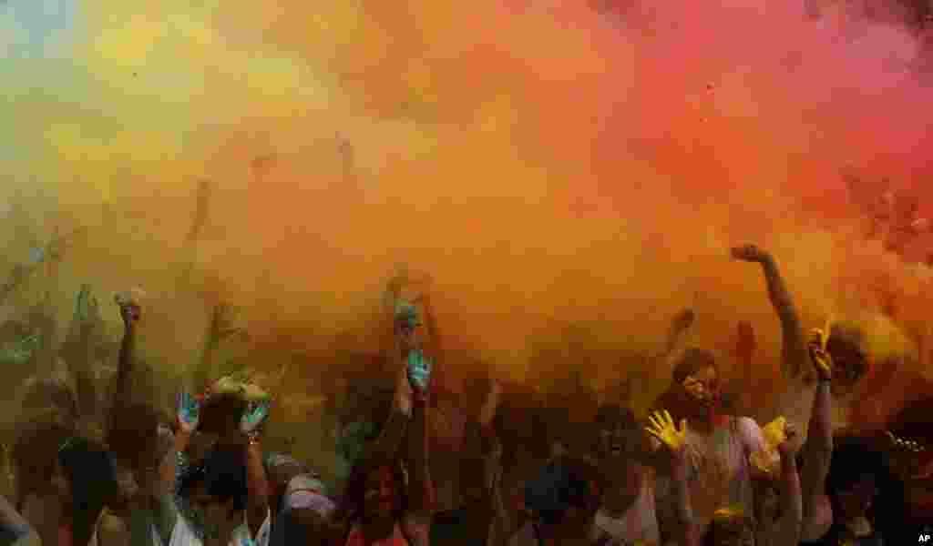 در رژه همجنسگرایان در بارسلونا، شرکت کنندگان پودرهای رنگی پخش کرده اند.