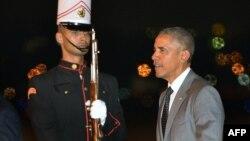 El presidente Barack Obama camina frente a un guardia de honor a su llegada al aeropuerto de Tocumen en Ciudad de Panamá, el jueves por la noche.
