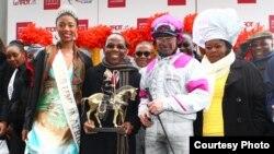 Dominique de BELLAIGUE, Président LeTROT, M. Amadou SAMBA KANE, Directeur Général Loterie Nationale Sénégal et Président de l'ALA Dieyna VALERA, Miss Union Africaine 2015 félicitent Franck Nivard, vainqueur du Grand Prix d'Afrique 2015.