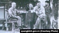 Đại tướng Võ Nguyên Giáp cùng Tư lệnh Đồng Sỹ Nguyên và Chính ủy Đặng Tính tại một lán rừng Trường Sơn vào tháng 3/1973.