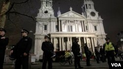 Polisi London sedang berjaga di luar gereja Katedral St.Paul di London (Foto: dok).
