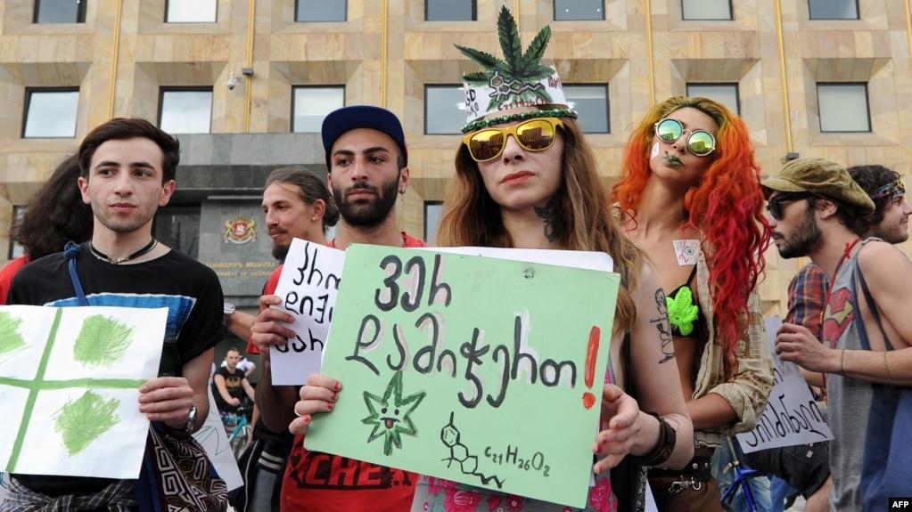 Активисты на митинге в поддержку легализации марихуаны в Тбилиси. 2 июня 2015 г.
