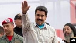 Maduro saluda a sus seguidores durante una mitin antiimperialista en el palacio de Miraflores.