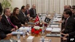 Turkiya Bosh vaziri Rajab Toyib Erdog'an Rivojlanayotgan Sakkizlik sammitidan oldin Pokiston Bosh vaziri Raja Pervaiz Ashraf bilan uchrashmoqda, Islomobod, 21-noyabr, 2012-yil.