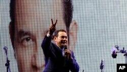 Diễn viên hài Jimmy Morales làm dấu hiệu chiến thắng trước các ủng hộ viên tại Guatemala City, ngày 6/9/2015.