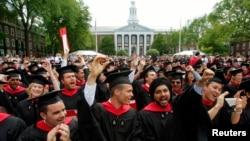 지난 2009년 6월 열린 제358회 하버드대 졸업식에서 경영대학원 학생들이 서로 축하하고 있다.