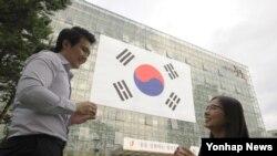 서울 중구 구청이 지난 1일 광복 70주년을 기념하는 대형 태극기를 구청사 외벽에 게시했다고 3일 전했다.