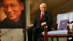 挪威诺贝尔委员会主席亚格兰在授予刘晓波2010年和平奖的仪式上