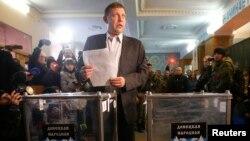 ທ່ານ Alexander Zakharchenko ຜູ້ນຳຫົວແບ່ງແຍກ ຖືບັດເລືອກຕັ້ງ ກ່ອນຈະປ່ອນບັດ ທີ່ເມືອງ Donetsk ໃນພາກຕາເວັນອອກຢູເຄຣນ ວັນທີ 2 ພະຈິກ 2014.