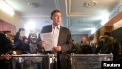 Alexander Zakharchenko, pemimpin golongan separatis dari Republik Rakyat Donetsk, memegang kertas suara dalam pemilu parlemen lokal di Donetsk, Ukraina Timur, 2 November 2014.