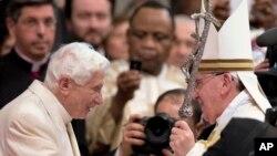 교황 프란치스코(오른쪽)가 지난 22일 바티칸 성 베드로 대성당에서 열린 추기경 서임식에서 전임 교황인 베네딕트 16세를 맞고 있다.