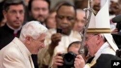 El papa Francisco saluda al papa emeerito Benedicto XVI al final de la ordenación de 19 nuevos cardenales en el Vaticano.