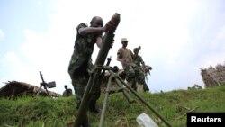 Anggota pasukan pemberontak M23 mempersiapkan bom mortar 82 milimeter di basis pertahanannya di Karambi, timur negara Republik Demokratik Kongo (Foto: dok). DK PBB sepakat memperpanjang misi untuk melindungi warga sipil di wilayah tersebut.