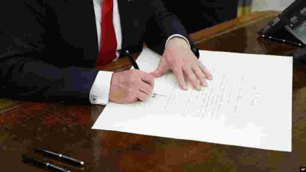 20 января вскоре после инаугурации Дональд Трамп подписал первый указ, в котором поручил федеральным ведомствам ослабить ограничения, связанные с масштабной реформой здравоохранения, предпринятой бывшим президентом Бараком Обамой. Это является началом процесса отмены так называемого Obamacare– для полной его отмены потребуется голосование в Конгрессе США.