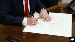 Трамп підписує один з перших указів