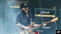 """Ca sĩ Lemmy Kilmister đã lập ra nhóm Motorhead vào năm 1975. Ông nổi tiếng với các ca khúc """"bomber, """"Overkill"""" và khúc nhạc """"Ace of Spades""""."""