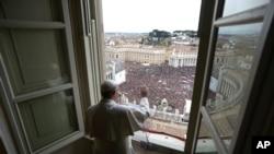 Папа римский Франциск обращается к собравшимся на площади Святого Петра с первой воскресной проповедью. Ватикан, 17 марта 2013 года