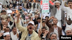 Supporters of the Shi'ite Houthi attend an anti-government rally in Sanaa, Yemen, Aug. 29, 2014.