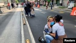 Reaksi warga setelah gempa mengguncang Mexico City, Meksiko, 23 Juni 2020.
