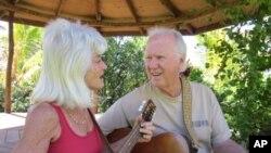 Ljubav Laurie i Jake Rohrer za havajsku glazbu doveo ih je do toga da godine u mirovini provode u očuvanju i promicanju tradicionalnih havajskih zvukova