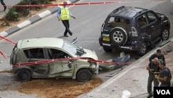 Polisi Israel memeriksa lokasi serangan roket militan Palestina di Ashdod, Israel selatan (12/3).