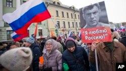 数千名俄罗斯民众为纪念反对党领导人鲍里斯·涅姆佐夫遇害两周年在莫斯科游行(2017年2月26日)