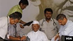 Sekelompok dokter memeriksa kesehatan aktivis India, Anna Hazare, saat Hazare melakukan aksi mogok makan bulan Agustus silam.