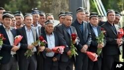 Người dân cầm hoa đứng hai bên đường theo dõi đám tang Tổng thống Islam Karimov tại Samarkand, Uzbekistan, thứ bảy ngày 03 tháng 09 năm 2016.