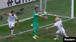 Clint Dempsey (kiri) merayakan keberhasilan tim AS memasukkan gol ke gawang kesebelasan Portugal dalam pertandingan Piala Dunia 2014 di arena Amazonia, Manaus tanggal 22 Juni yang lalu (Foto: dok).