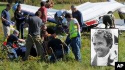 Personal de rescate atiende la avioneta del escritor Richar Bach, que se estrelló en un archipiélago del estado de Washington, el viernes 31 de agosto.