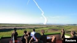 Лідер КНДР Кім Чен Ин спостерігпає за запуском ракети (ілюстраційне фото)