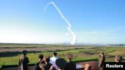 Lãnh tụ Bắc Hàn Kim Jong Un theo dõi vụ thử vũ khí phòng không kiểu mới (ảnh KCNA, công bố 28/5/2017)